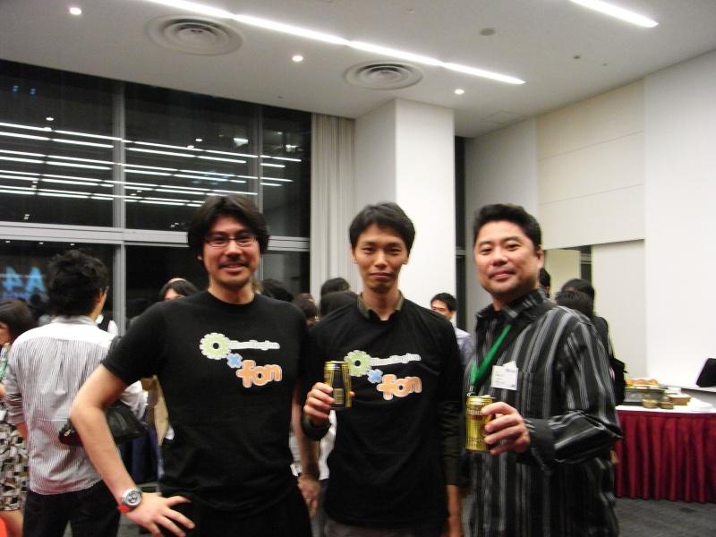 SREさんを囲んで記念撮影。PExFon限定コラボTシャツで!
