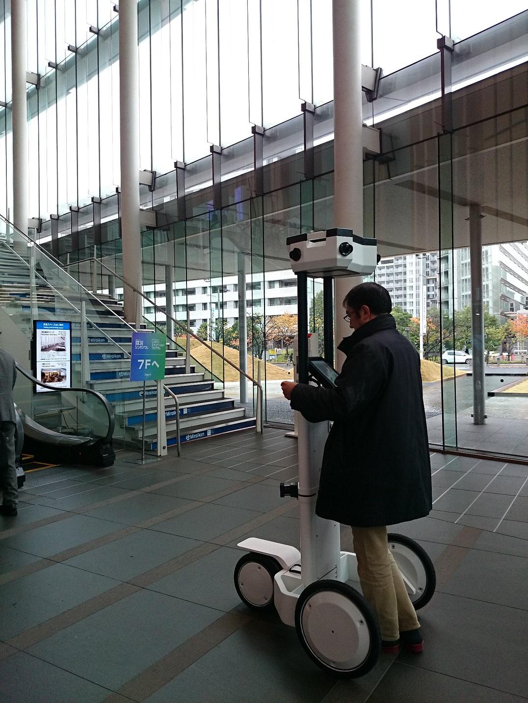 """会場内を3D撮影してまわっている """"NavVis"""" ナビビズというトロリー。屋内空間情報を3Dデータ化するそうです。"""