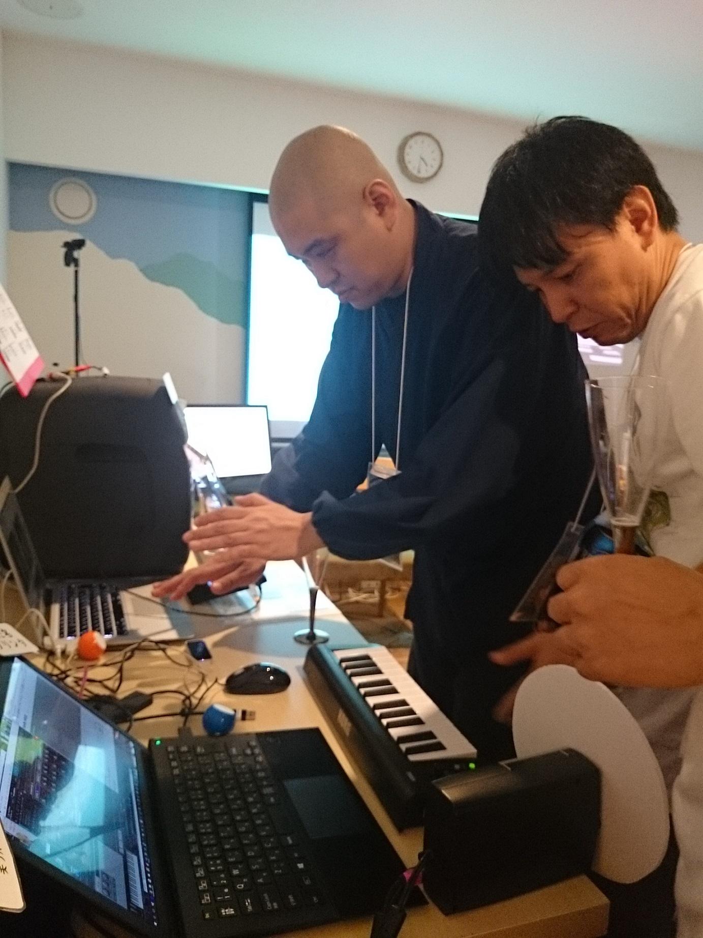 空実島で「音楽」といえばの宮島靖作「テルミン」に青江住職も真剣チャレンジ!